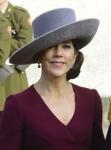 Sobre todo, me hace gracia que sea un sombrero realizado sobre una horma que yo tengo en mi colección y que precisamente suelo realizar con fieltro gris. En mi opinión, es un sombrero más de calle que de boda.