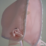 Capota de piqué con flor de seda