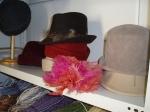 Sombreros en el taller de costura
