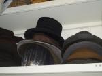 Sombreros a la espera, en el taller de la placha