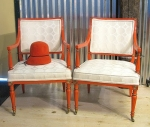 sillas con sombrero naranja, visto en Absolutely beautiful things