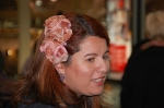 Detalle de una asistente con tocado de flores
