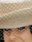 Detalle del velo sobre un sombrerito de paja