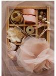 Cajón con materiales para hacer una flor de tela
