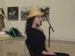 Elena Outeiriño con sombrero de paja cosida