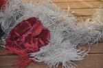 Antes: tocado de plumas, sucio, aplastado, flor chafada.