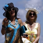 Sombrero y tocado de sinamay
