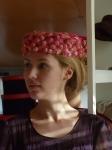 Pillbox con recogido #2:Un sencillo recogido o moño en la nuca nos sirve para despejar la cara y enfatizar el diseño del sombrero.