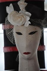 Sombrero de paja antiguo con adornos de seda