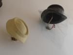 Sombreros en sus perchas