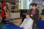 Henar Iglesias probando sombreros a una clienta